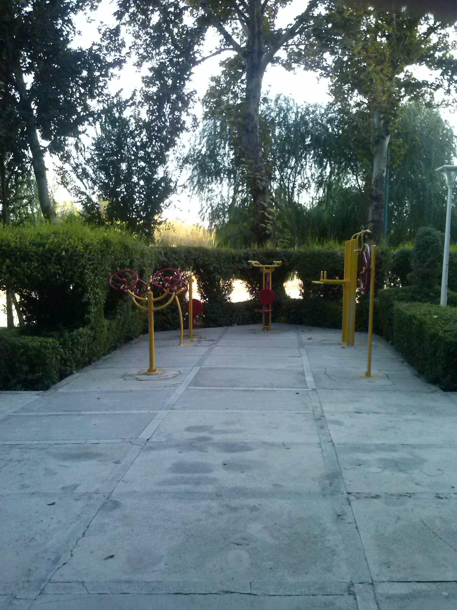 Öffentliche Fitneßgeräte im Park am Zâyande-Rûd 2