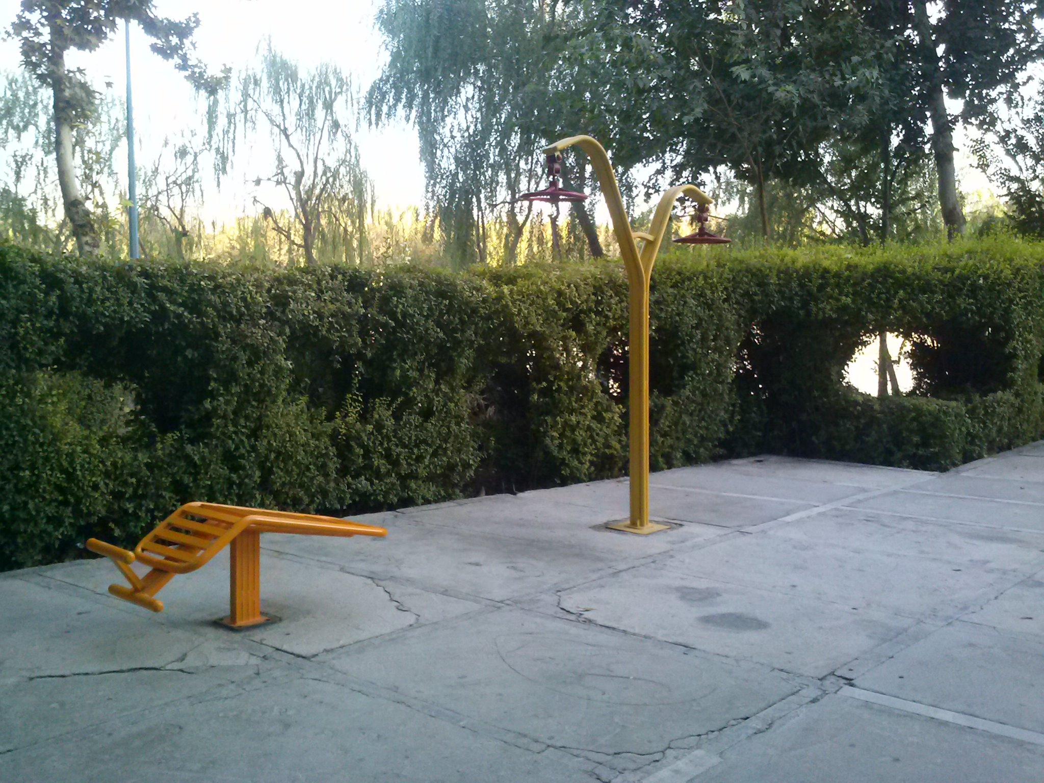 Öffentliche Fitneßgeräte im Park am Zâyande-Rûd 1