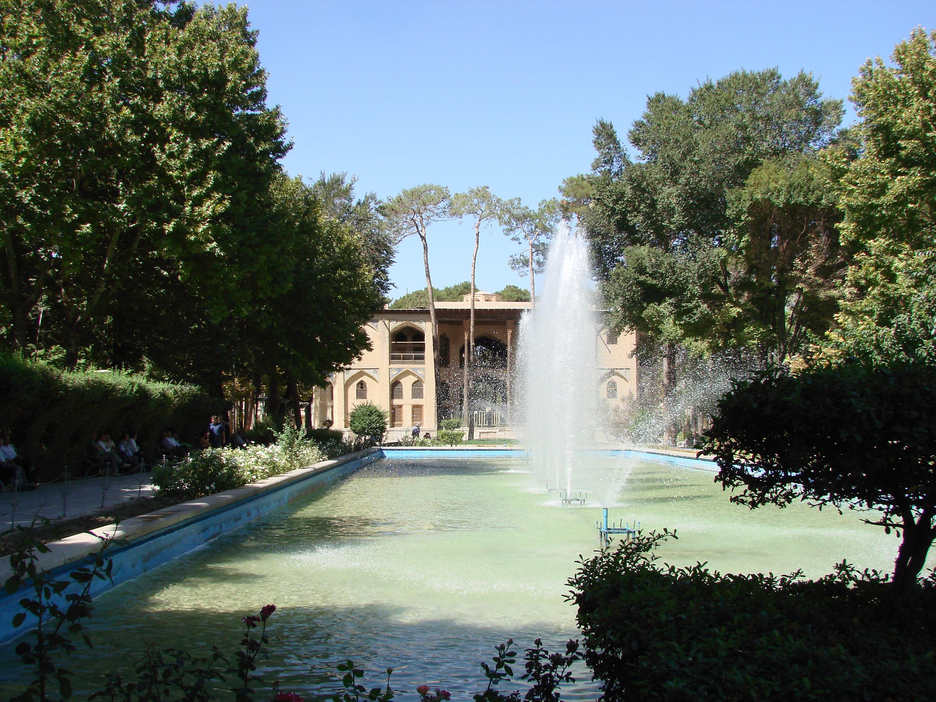 Fontänen im Wasserbecken vor dem Hascht-Behescht-Palast