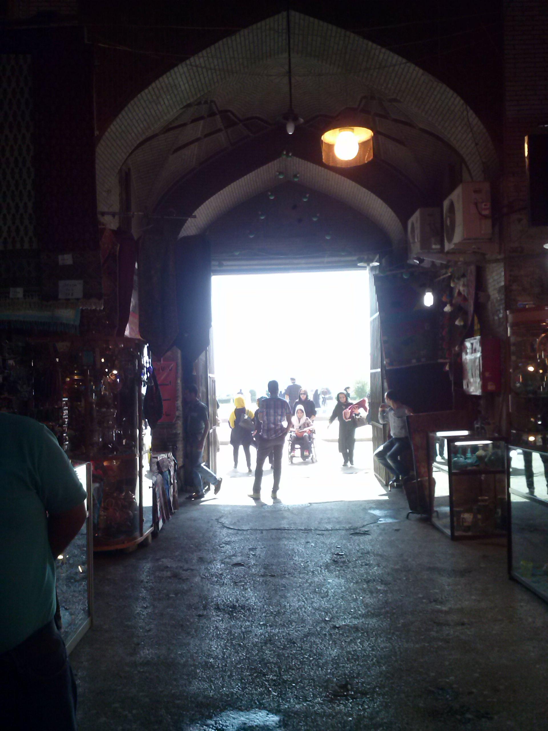 Am Bazar-Eingang sieht man eine zufällig mit aufgenommene Rollstuhlfahrerin