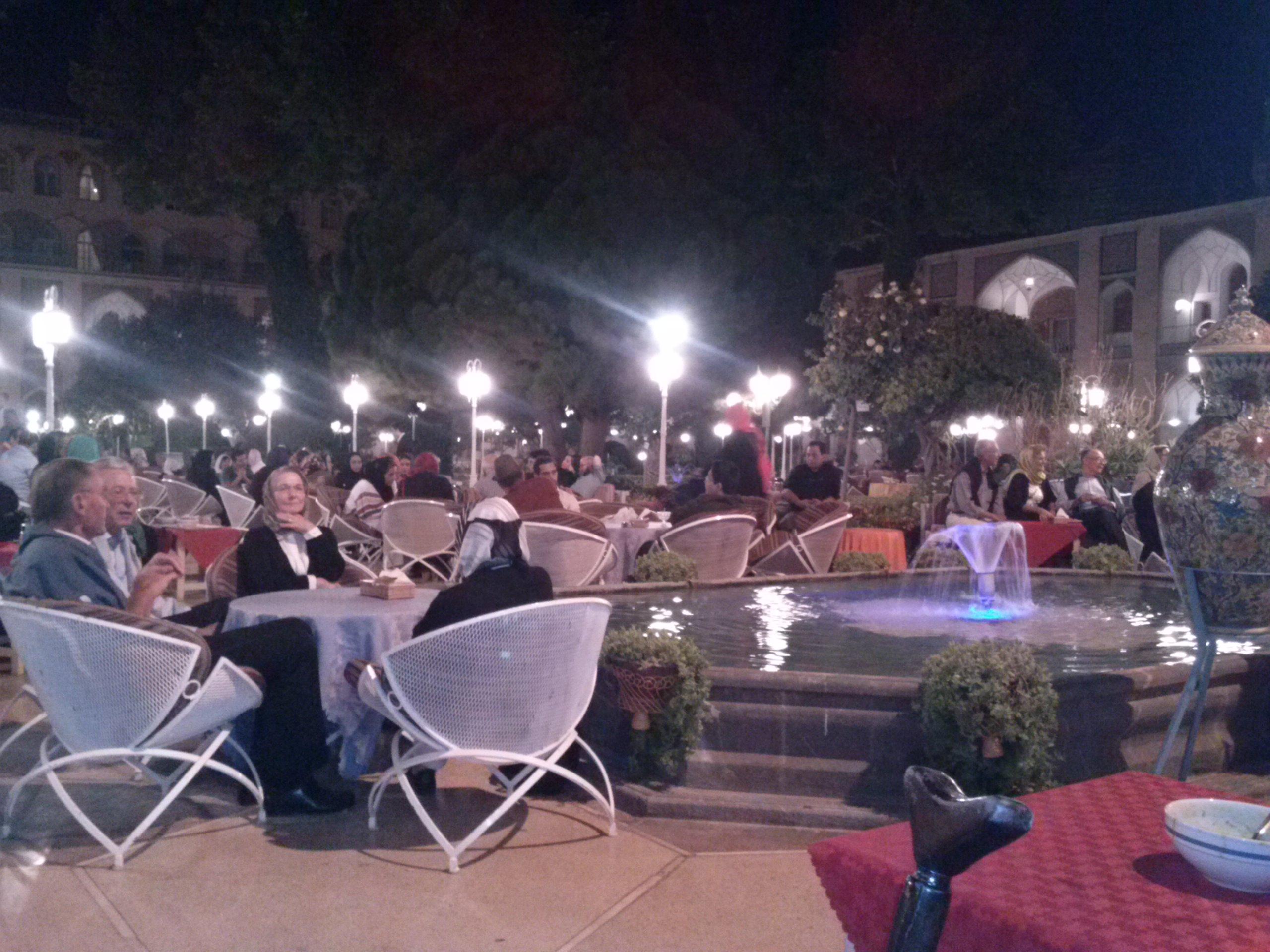 Deutschsprachige Touristen im Garten des 'Abbâsî-Hotels