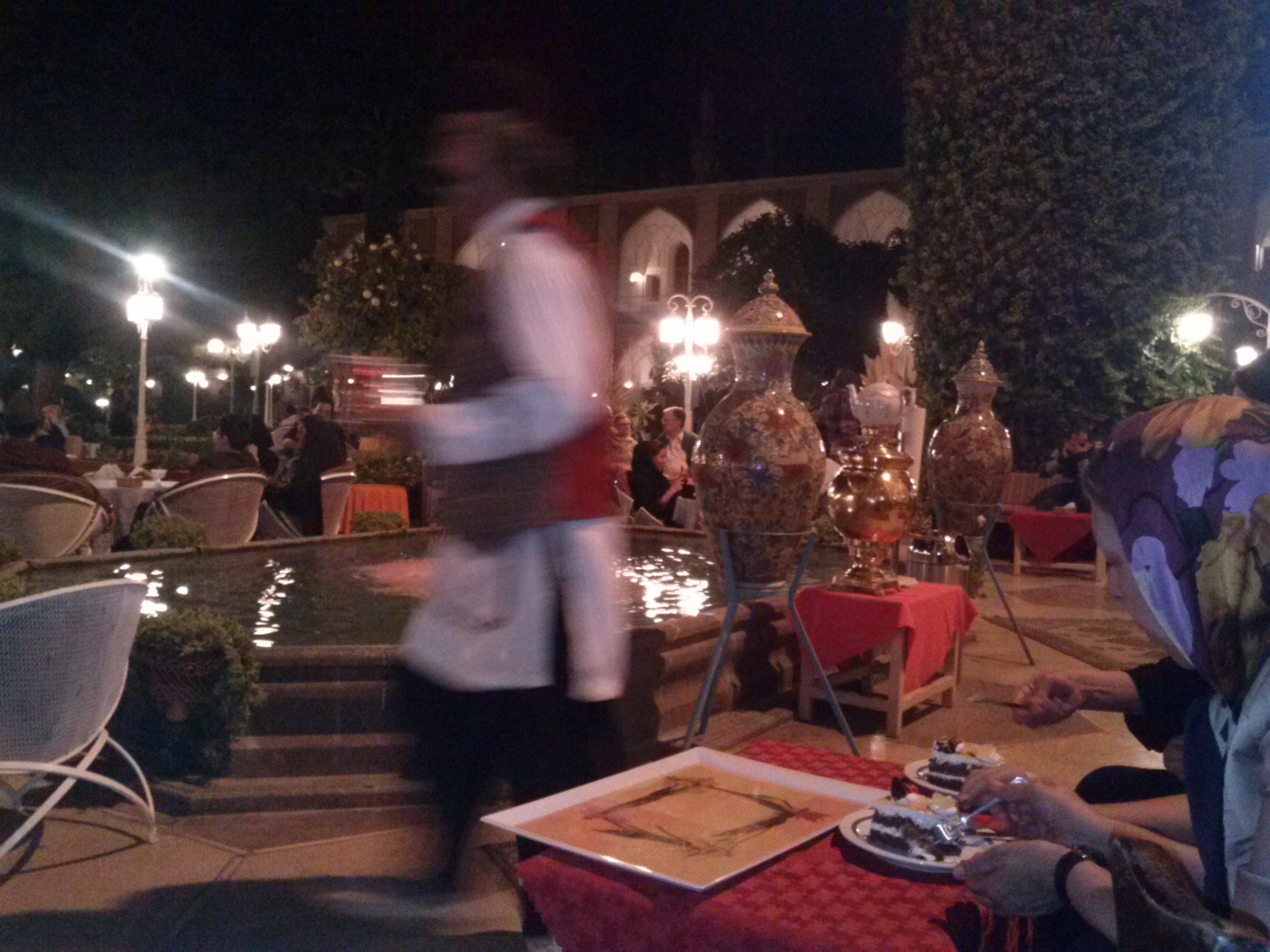 Kellner in qâdschârischer Tracht
